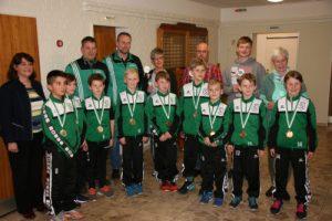 Die Sportler des Jahres im TSV Süderlügum wurden durch die Vorsitzende Marion Kuhn (li.) ausgezeichnet.